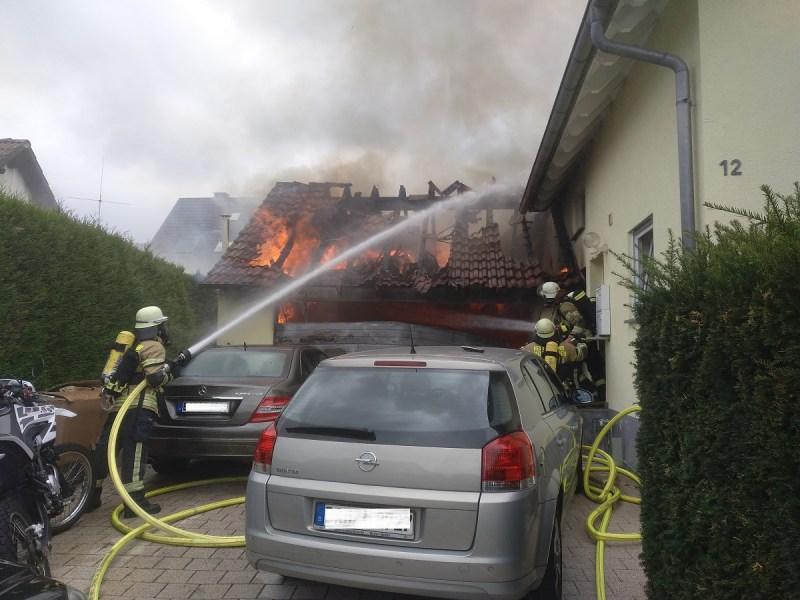 Garage brennt an Wohnhaus