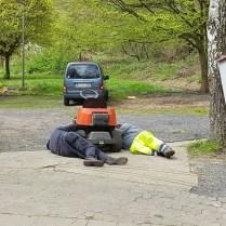 Zwei Mann, ein Rasenmäher, der Keilriemen war hartnäckig ...