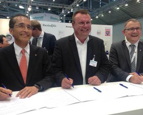 v.r.n.l.: Dr. Rainer Waldschmidt, Geschäftsführer HTAI GmbH, Jörg Steinhardt und ein Vertreter der Stadt Tokio bei der Vertragsunterzeichnung