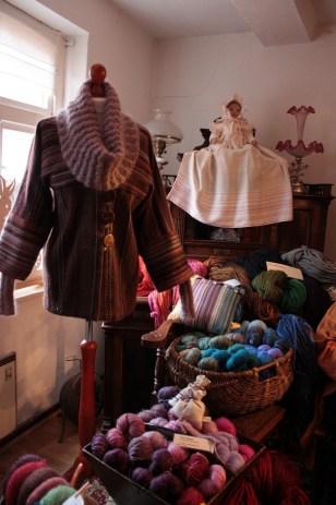 Webstücke und historische Kinderkleidung