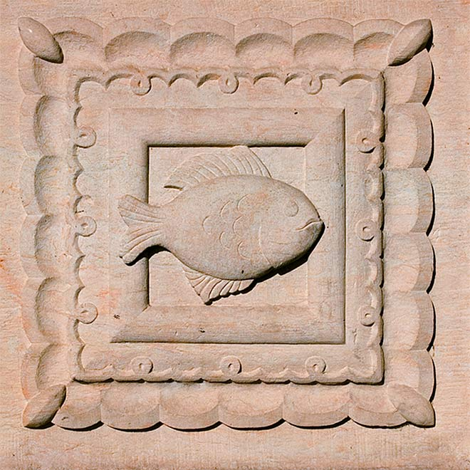 Steinrelief Fischmotiv