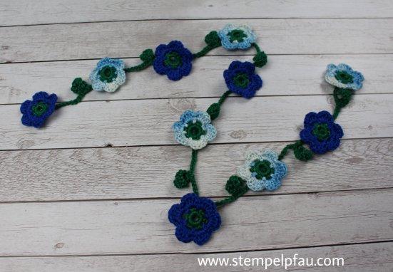 Blumengirlande, schöne gehäkelte Blumendeko