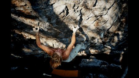 Kristoffer bouldering in northern Sweden, Problem Tractorbeam, Falkberget