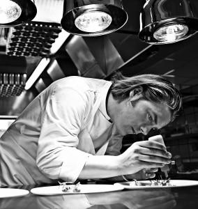 : Stjernekokken Allan Poulsen med de mange priser huserer undtagelsesvis på sin nordjyske hjemegn på Restaurant Mortens Kro, torsdag den 5. feb. med en otte retters gallamiddag inspireret af serveringer fra verdens bedste restauranter.