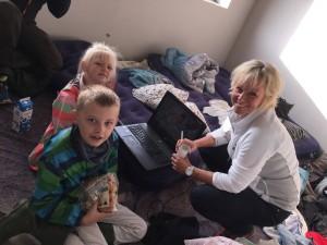 """I ti uger optages der til programserien på regimentsvej med Puk Elgaard som vært. Familierne, der konkurrerer om et af 2E Bolig Company's hus er alle flyttet ind og ihvertfald børnene har tid til at hygge sig i """"byggerodet"""", der hersker. Foto: Stenstrup PR."""