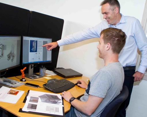 KP Automation beskæftiger primært dygtige robotingeniører. Her er det projektmanager Jesper Markussen (siddende), der drøfter en opgaveløsning med direktør Kim Poulsen.