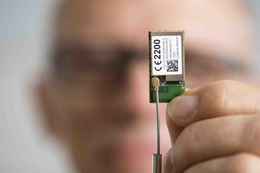 RESEIWE A/S udvikler ReWiLink™ teknologien. Den ultralette chip som identificerer dronen vises her af direktør Niels-Christian Gjerril. Foto: © Michael Bo Rasmussen / Baghuset