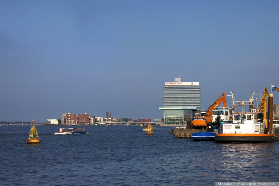 Путешествие по Нидерландам. Вид из номера гостиницы Mövenpick в Амстердаме достоен восхищения