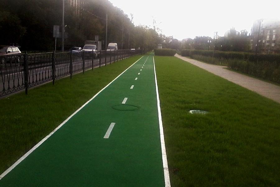 К сожалению, во многих парках считают, что если покрасить тротуар в зелёный цвет - это уже велодорожка. Маршрут на бульваре Кременчугской улицы является замечательным исключением (фото: Юрий Шашов)