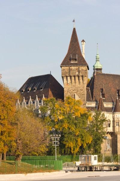 13. Замок в трансильванском стиле в парке Варошлигет