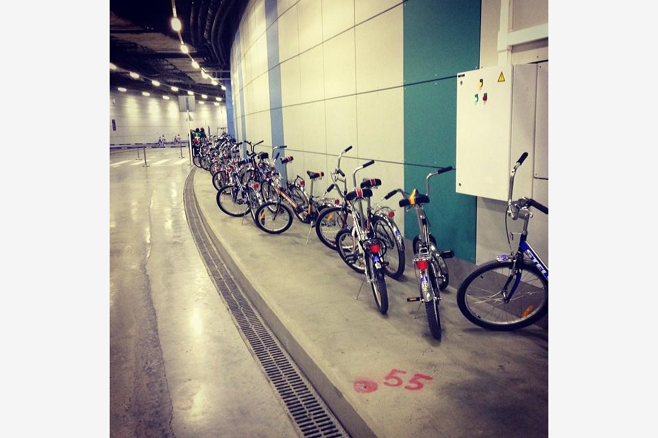 2014.02.18 - 02 - Большинство спортсменов ездит на тренировки на велосипедах, так что у тренировочной арены парковка выглядит так ;) (Тёма Станкевич)