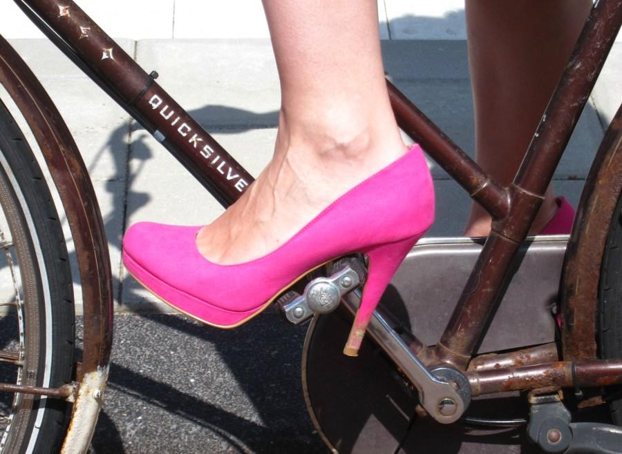 2014.08.05 - Неправильное размещение ноги при езде на велосипеде в туфлях на каблуках