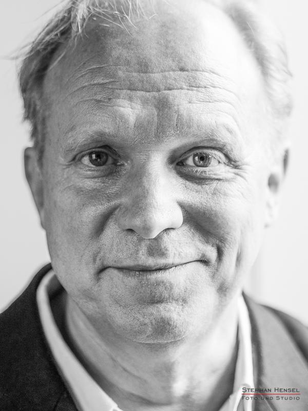 Ulrich Tukur im Studio bei Stephan Hensel, Portraitfotograf: Stephan Hensel