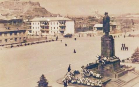 Stalin Statue in Gori (F: Postkarte, Fotograf unbek.)