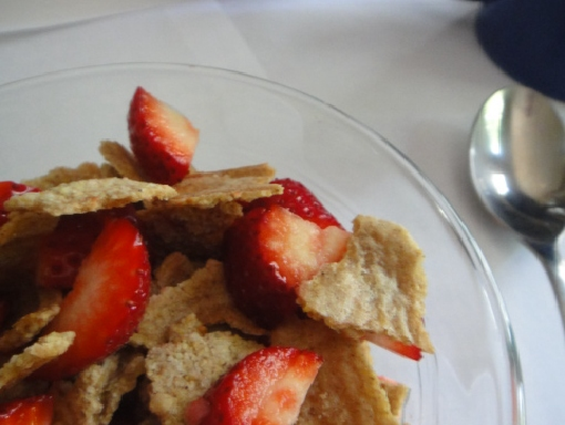 Whole grain cereal with fresh strawberries