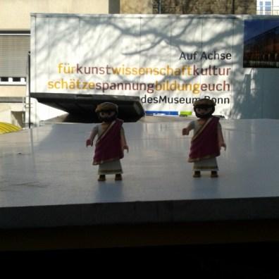Dann gab es natürlich noch die Vorbereitungen für die Ausstellungseröffnung vom GEBROCHENEN GLANZ und sogar die werden Römer aus dem Kindermitmachbereich mussten vorbereitet werden.