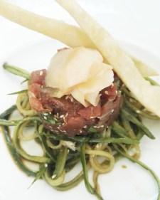 Eine großartige Vorspeise: Thunfischtartar an marinierten Gurkenspaghetti (Delikart, Bonn).