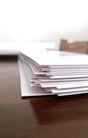Die Karten sind noch in der Rohform. Das heißt in A5. Sie müssen noch geschnitten werden. Time to cut.