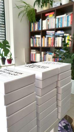 Fertig gepackt. Die PlotCards sind in ihren Verpackungen, die Verpackungen haben ihre Sticker und sind bereit für den Launch.