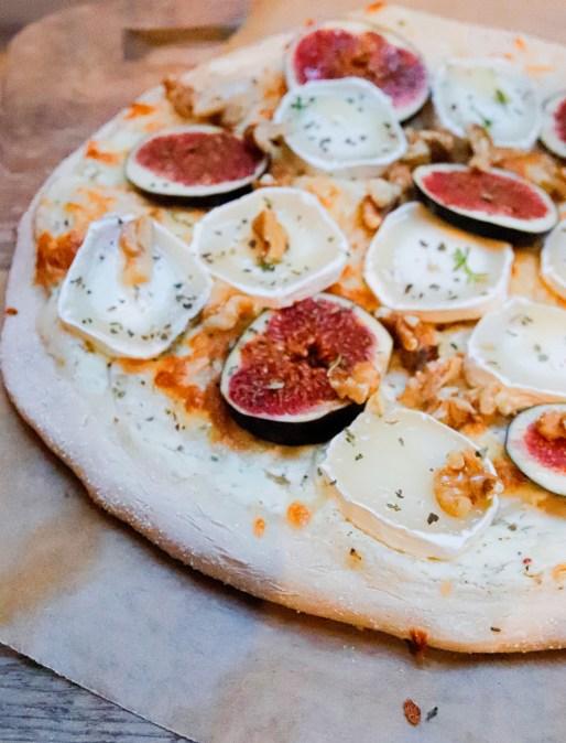Pizza mit Feigen, Ziegenkäse und Walnüssen