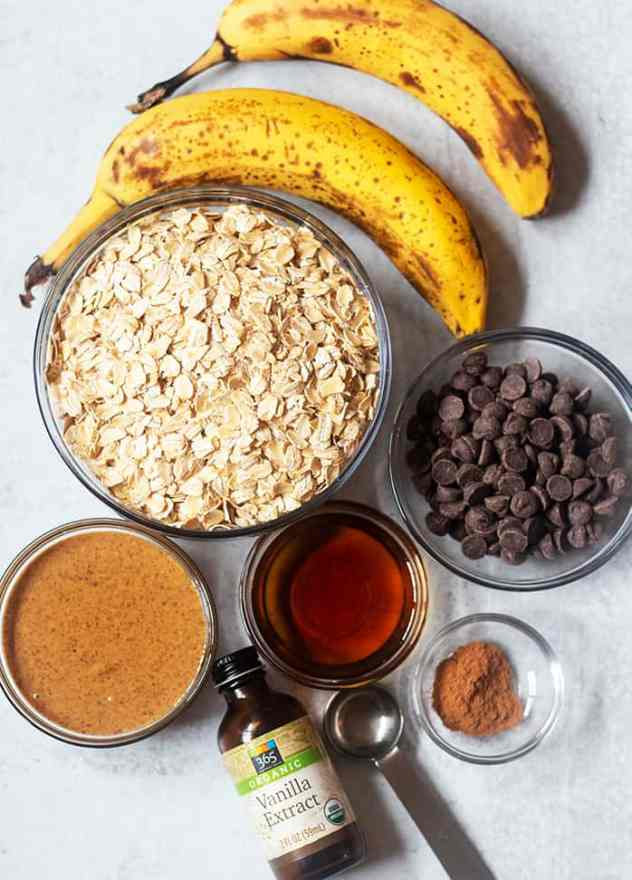 bananas, oats, almond butter, maple syrup, vanilla extract, cinnamon, chocolate chips.