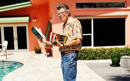 Stephen King avec des livres dans sa maison de Floride