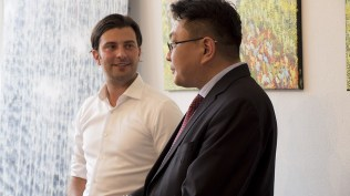 Od Och, de Mongoolse ambassadeur, opent de expositie.