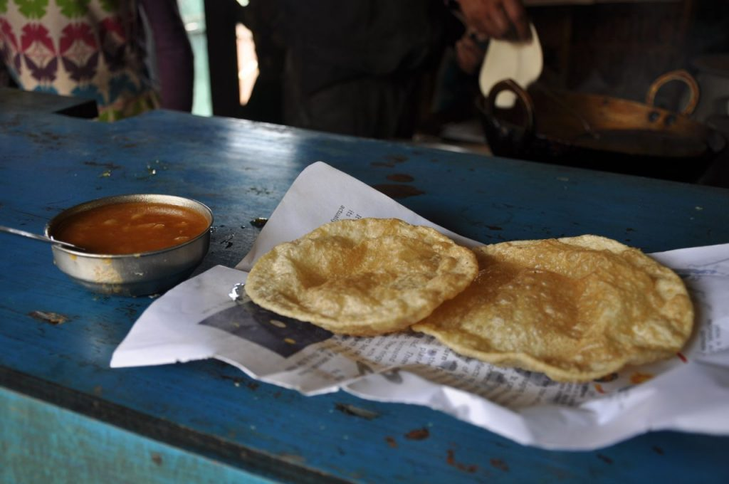 An option that can be found a bit everywhere, and along the day, are the puris, a small flatbread, fried in oil and served with a potato and a small bowl of yellow-peas curry.