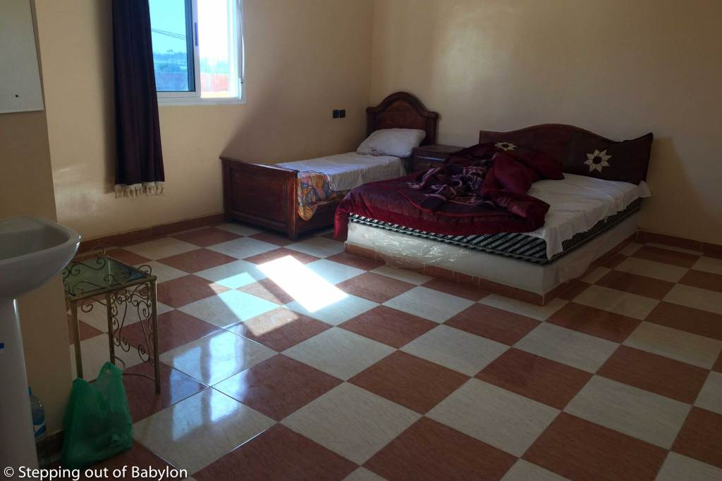 Chez Ousaadi (Chez Ousaadi Appartements et Excursions) with a double room by 100 Dirham. Charmless place, reasonable clean, lacking in atmosphere, but cheap.