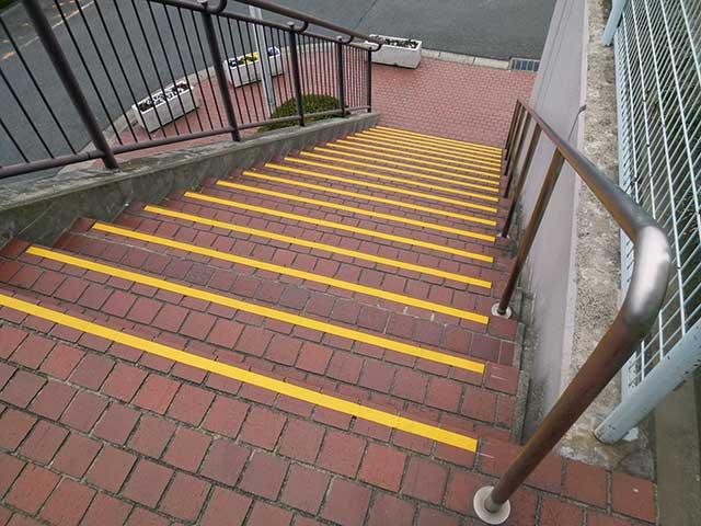 山田西マンション外部階段 視認性と滑り止め