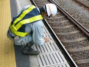 京阪宇治線 駅ホームの先端(グリーテープ赤)プライマー塗布