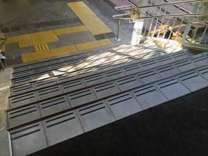 山陽月見山駅階段