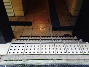 阪神「新在家」駅 店舗前(グリシール)