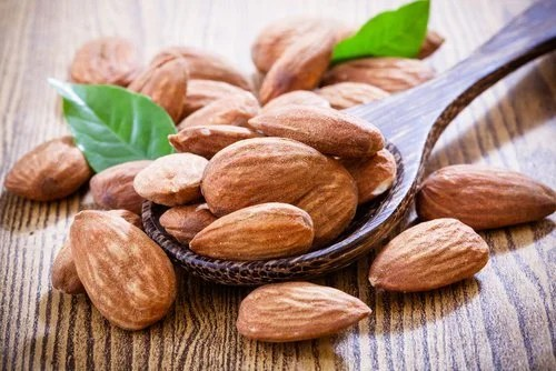 Almonds to clean the skin