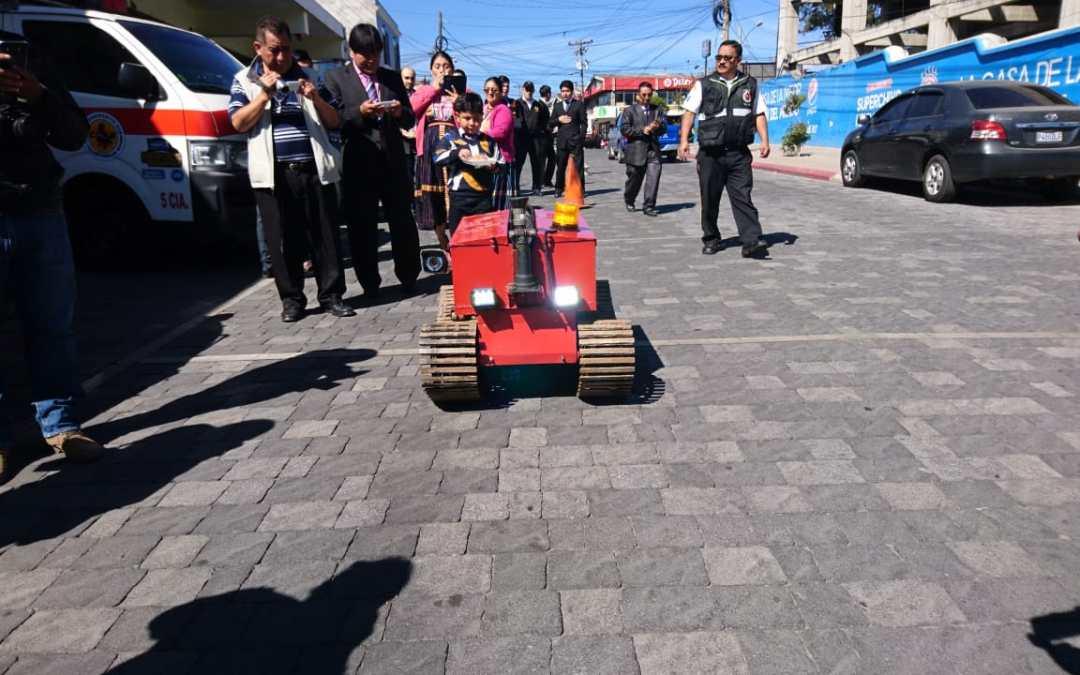 Estudiantes de la Meso Xela entregan robot bombero