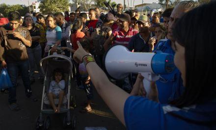 Crecen críticas por uso de gas lacrimógeno contra migrantes