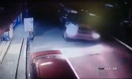 ((Vídeo))Pasajeros se salvan protagonizar accidente