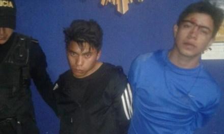 Comunitarios entregan a dos presuntos asaltantes