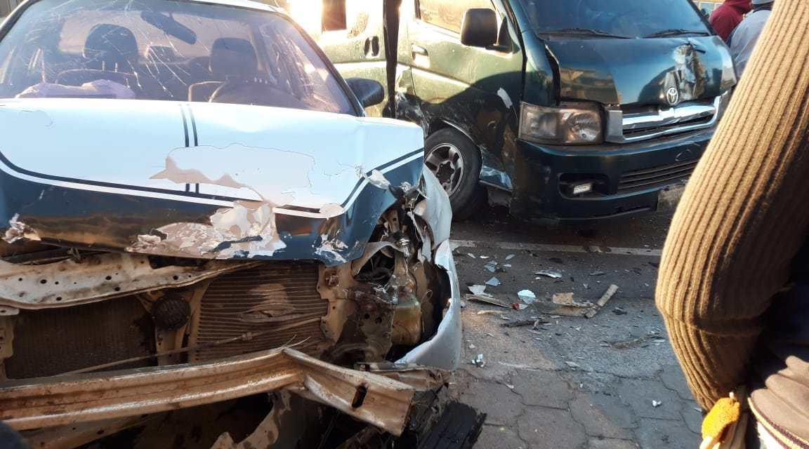 Bus vira en U y causa accidente en el periférico de Xela