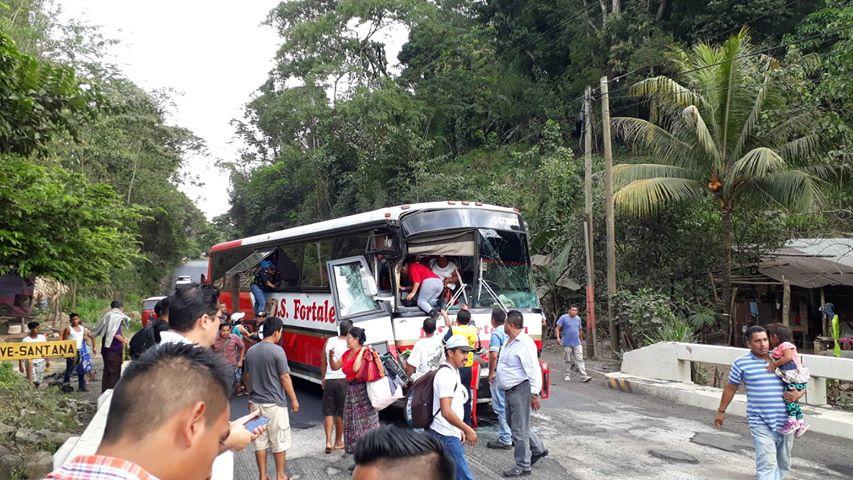 Dos buses y camión, protagonizan aparatoso accidente en la ruta CA-2