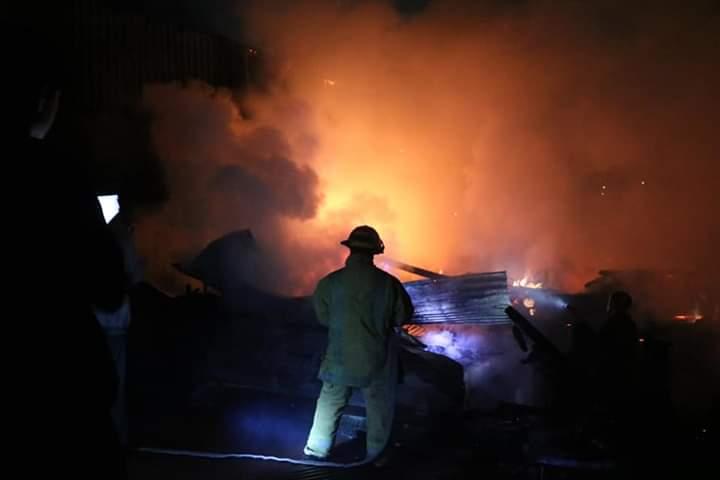 Incendio de grandes proporciones controlado por bomberos y vecinos