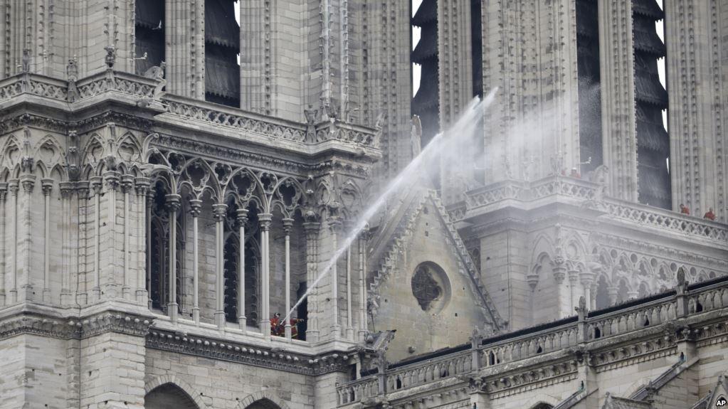 Trump ofrece condolencias y ayuda a Francia tras incendio de Notre-Dame