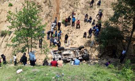 Identifican cadáver hallado en vehículo que cae a barranco