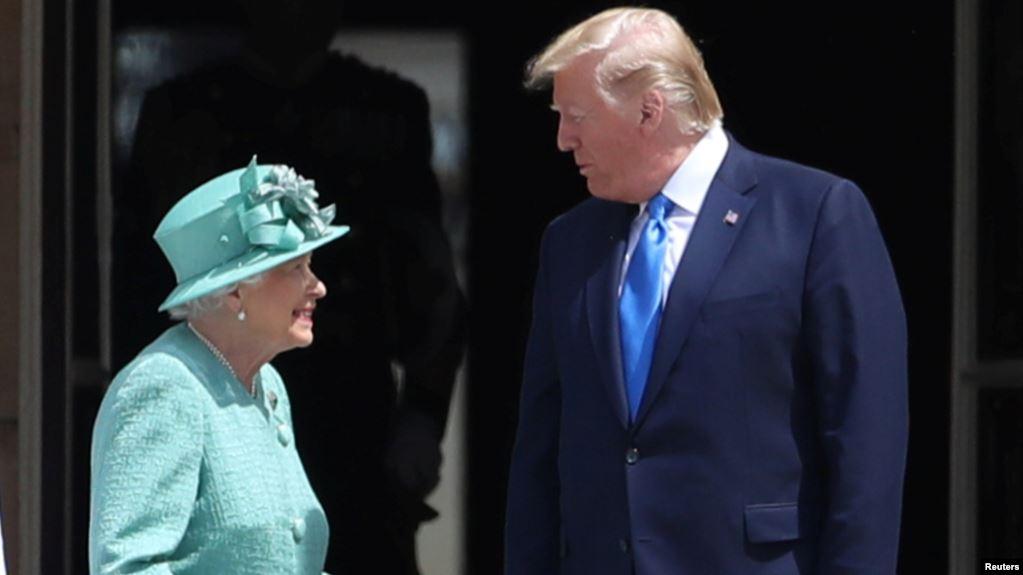 Trump inicia visita a Gran Bretaña y se reúne con la reina Isabel II