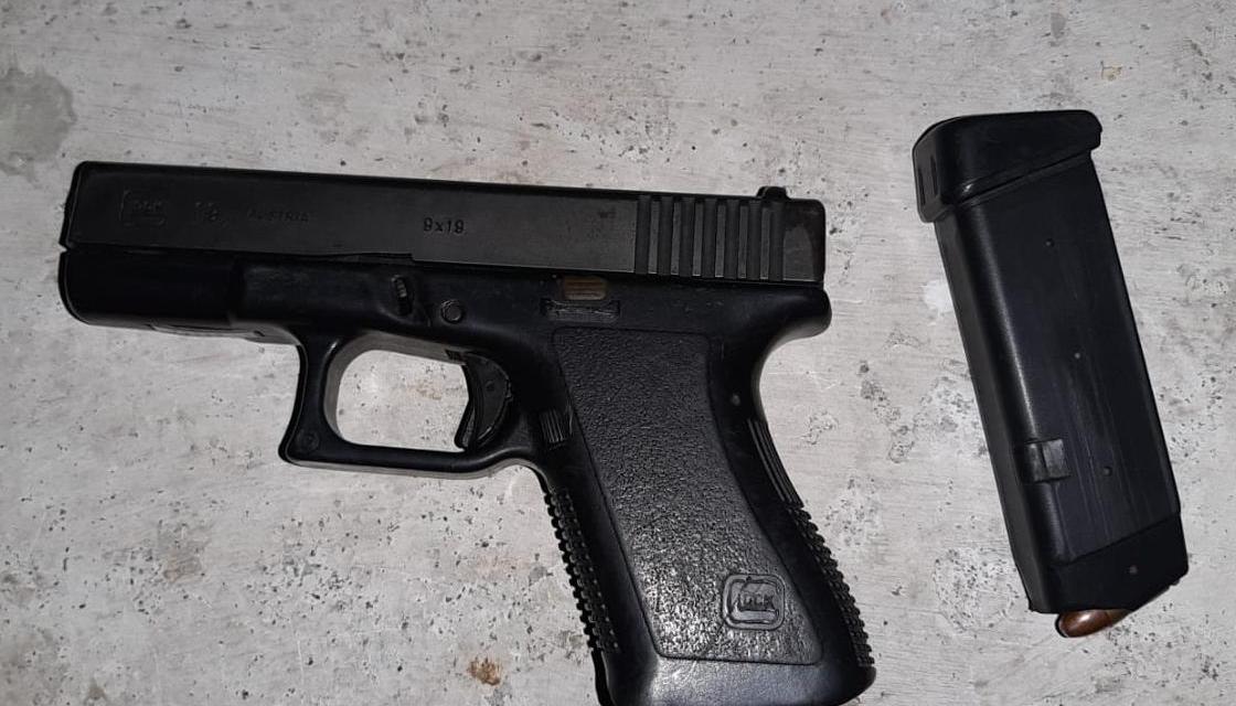 Conductora de vehículo llevaba un arma de fuego de manera ilegal