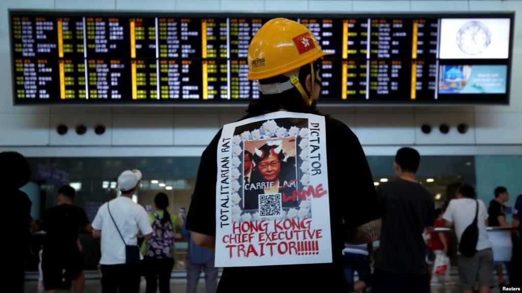 Policías y manifestantes se enfrentan en una marcha — Hong Kong