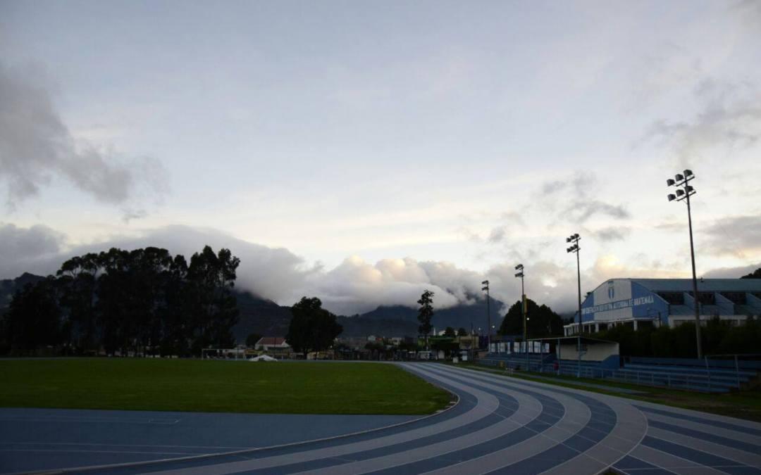 Fútbol escolar en el Complejo Deportivo de Xela