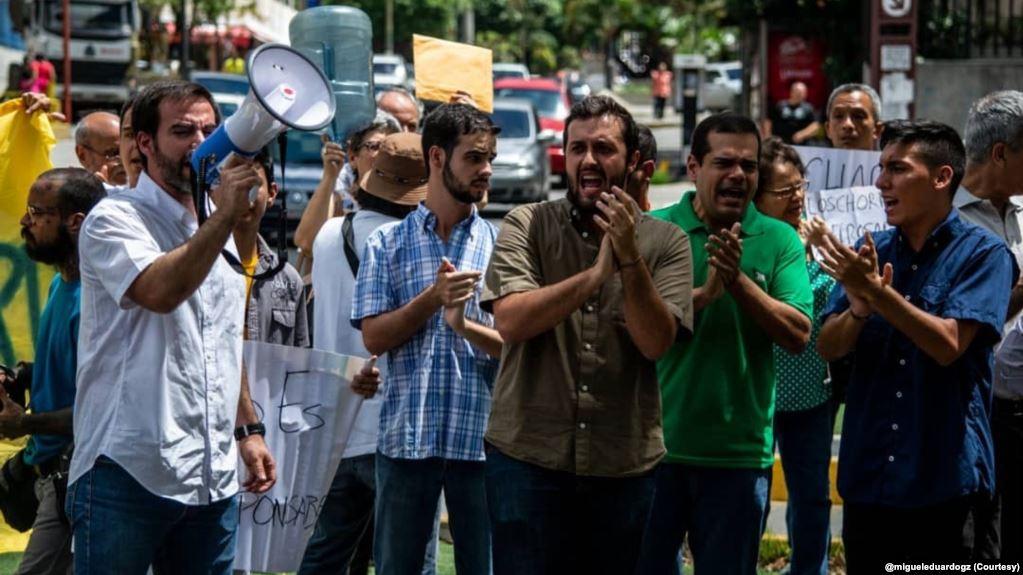 Venezolanos protestan contra la crisis en el servicio de agua potable