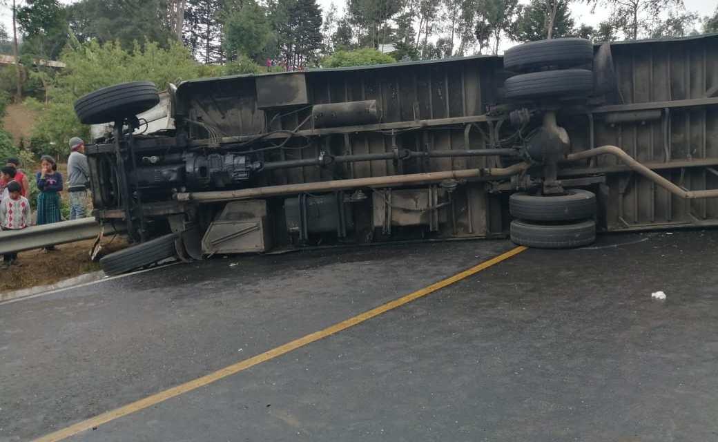 """Bus se accidenta en la """"Vuelta del Payaso"""" y trasladan a ocho personas"""