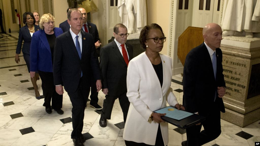 Senadores prestan juramento para juicio político a Trump